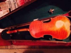 le violon de Papa de dos
